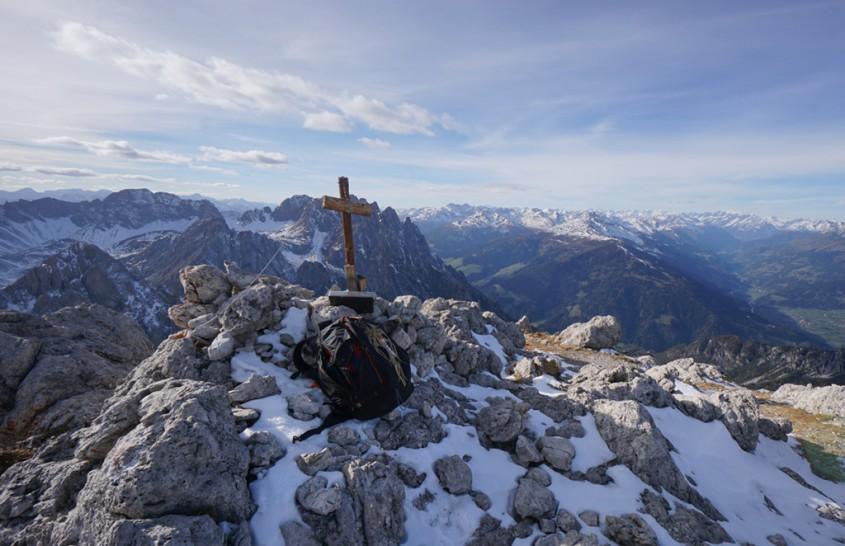 Nach langer Zeit und verregneter Saison begann der Morgen mit strahlend blauen Himmel und mit Schirm Klettergurt und Klettersteig Set ging es über die Dolomitenhütte Richtung Große Sandspitze.. Trotz...